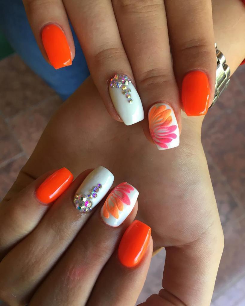 Дизайн ногтей со стразами: варианты красивого маникюра ...