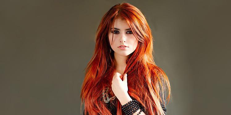 Девушка со светло-красными волосами