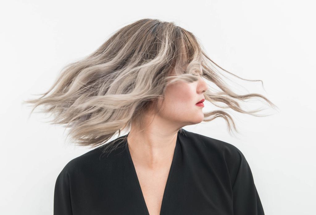 Блонд с темными корнями: особенности техники, выбор материалов, советы парикмахеров