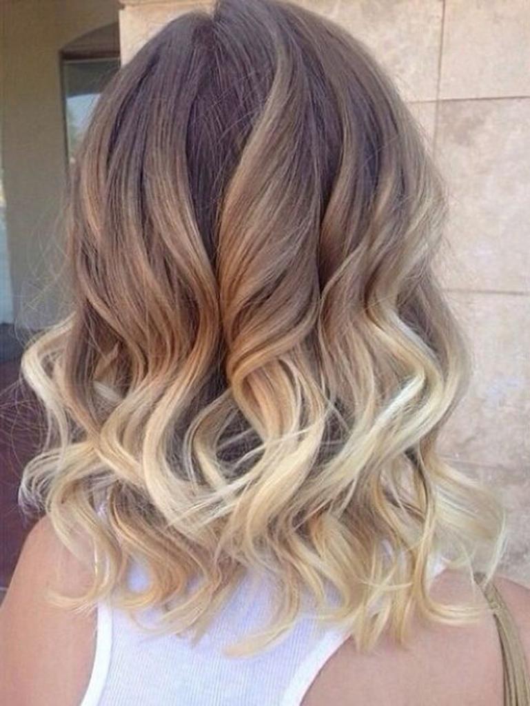 Частичный балаяж на волосах средней длины.