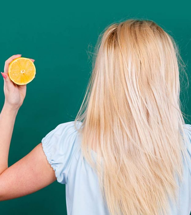 Блондинка с лимоном в руках